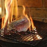 藁焼き鰹は、表面がカリッとまるまで香ばしく焼きあげます