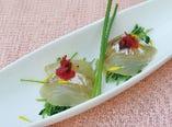 ・鯛の昆布締めの豆苗包み梅の香り