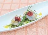 ・鯛の昆布締めの豆苗包み梅クラゲのせ