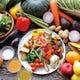 ランチタイムは全21種のメインに野菜ビュッフェ付き!