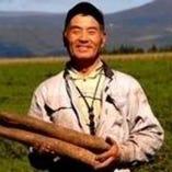 金子農園さん ご自慢の長芋を持った金子さんの笑顔は素敵です!美味しく調理してくれよ~って言われます。