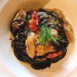 瀬戸内産牡蠣のイカスミパスタ