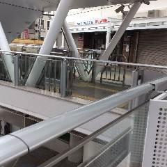 サンサン通りに出る、ビックカメラ横のエスカレーターをおります。