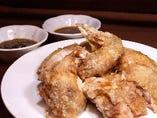 料理長の新名物 丸鶏の半身揚げ2種のタレでどうぞ!