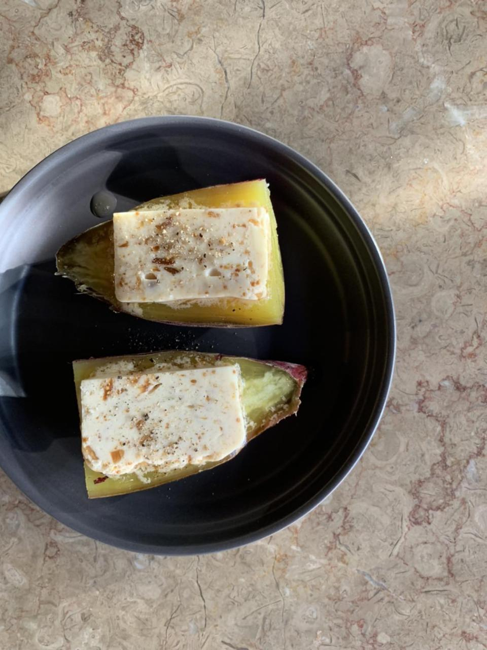 滋賀県産蜂蜜をたっぷりかけて食べてもらう燻製無花果バター