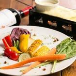 とろけるチーズとソースの温野菜バーニャカウダ