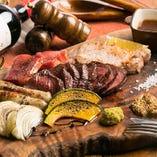 ジューシーなお肉料理3種盛が楽しめる『肉盛りコース』がお店のイチオシ