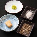 鉄板焼きは泡醤油やわさび、ヒマラヤ岩塩などにつけてお召し上がりください