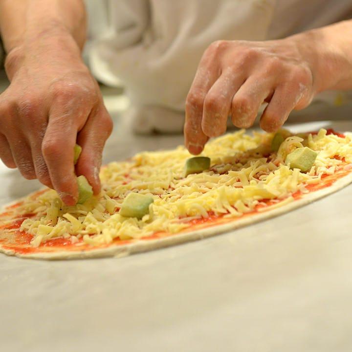 薄焼きに適した小麦粉と全粒粉をブレンドした特製ピザ生地