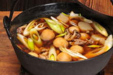村山地方の芋煮鍋(牛肉と里芋、ネギの醤油仕立て 芋煮の基本スタイル)