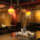 中国の骨董品が飾られた上質ながらも カジュアルな空間