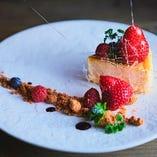 チーズケーキと数種のベリー