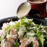 ゴルゴンゾーラチーズソースが◎!葉野菜と生ハムのサラダ