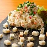 ポテトサラダとチーズを華やかに盛り付け