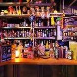 たくさんのお酒が置いてあるバーカウンター。おいしいお酒作りますよ!!