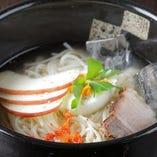 鶏ガラだしで作った自家製冷麺。さっぱり塩味の冷麺はここでしか食べられない!