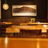 気軽にお食事やご宴会が楽しめる!落ち着いた雰囲気のテーブル席
