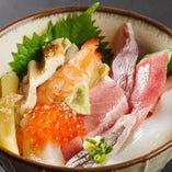 大将が目利きした季節の鮮魚を楽しむ自慢の名物料理