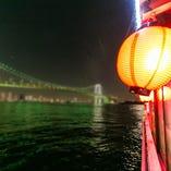 品川埠頭出稿、まずはレインボーブリッジをくぐる絶景をどうぞ。