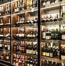 豊富なワインと日本酒を喫する