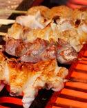 朝挽きの地養鶏の串焼き。