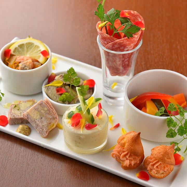 本日の前菜の盛り合せは目でも舌でも楽しめる可愛らしい一皿です