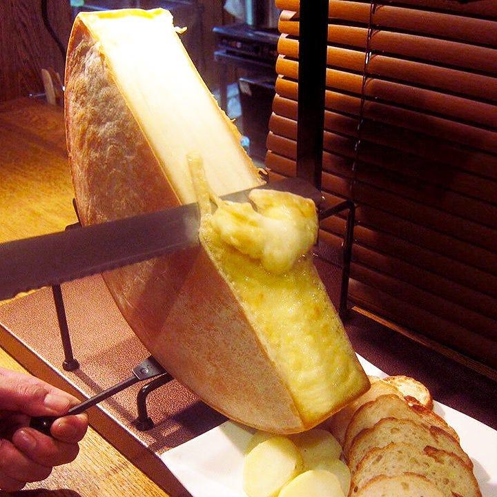 目の前で削ぎ落とすラクレットチーズ