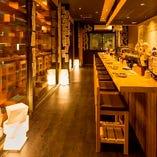 【一階】オープンキッチンが活気溢れる寛ぎのカウンター席