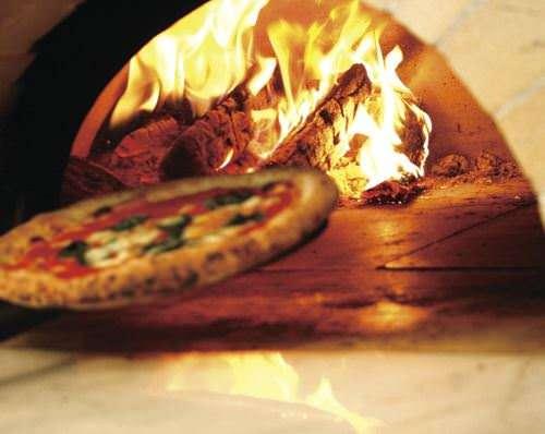 自慢の薪釜で焼くもっちもちのピッツァ!