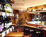 リニューアルした店舗は壁一面の ワインが印象的な大人の空間。
