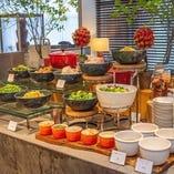 充実のサラダコーナー、種類豊富なコンディメントやドレッシング