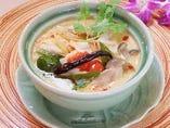 鶏肉とハーブのココナッツスープ