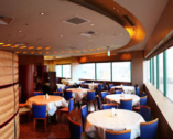 海が見える大きなフロアー席で優雅なお食事を