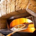 自家製生地をのばし、300℃の高温の石窯で焼き上げたピッツァ