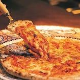 【実演】550℃の窯で焼き上げた3種フロマッジョのPIZZA