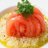 みずみずしいトマトをハニーオニオンソースでさっぱりと