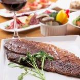 脂肪が少ないカタの熟成肉は、旨み成分が豊富で味は濃厚