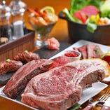 骨付きリブロースなど、ワンランク上のステーキが楽しめる『贅沢熟成肉コース』
