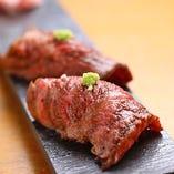 とろける美味しさの「熟成肉の炙り寿司」