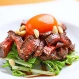 濃厚な味わいの「熟成肉ユッケ仕立て」は、お好みのお酒と合わせて