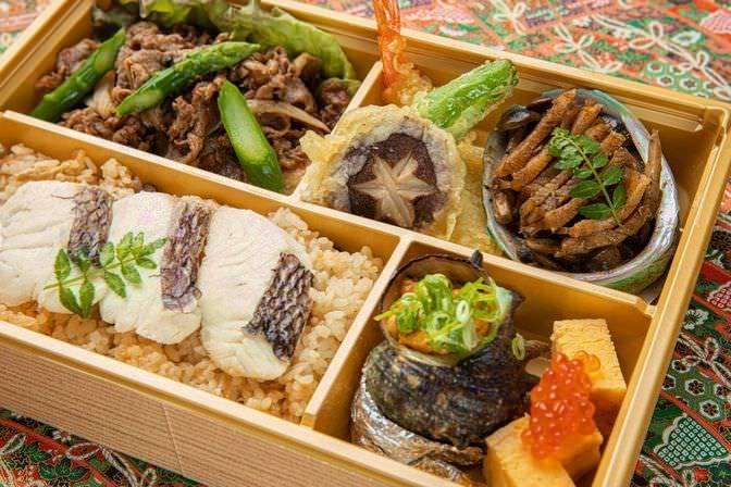 黒毛和牛焼肉とアワビ焦がしバター焼き、サザエとウニの醤油焼弁当2000円