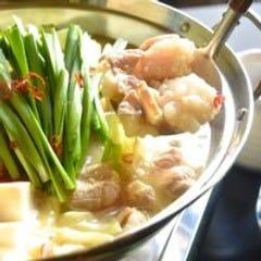 自慢のパイタンスープで煮込むもつ鍋