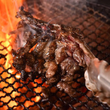 【名物】 炭火で豪快に焼き上げる『骨付もも焼き』は必食!