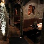 店内に足を踏み入れると、まるで本当の洞窟の中のような空間