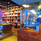 ■オシャレな店内■ 豪快に調理をするスタッフを眺めながら…
