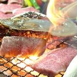魚介やお肉をじっくり炭火焼き♪冷えたビールとの相性も抜群◎