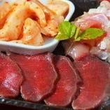 九州牛もも、国産豚トロ、国産鶏を陶板焼きで!