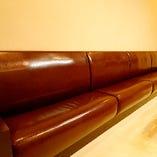 革張りのソファーで、ゆったりとくつろげます♪