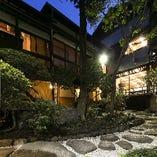 賀城園(がじょうえん)は、江戸時代に建てられた別荘です。