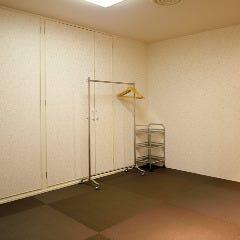 同じフロアには絨毯の敷かれた着付け室がございます。
